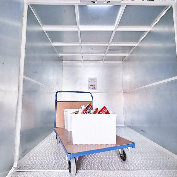 großer Aufzug mit Transportwagen zu den Lagerboxen